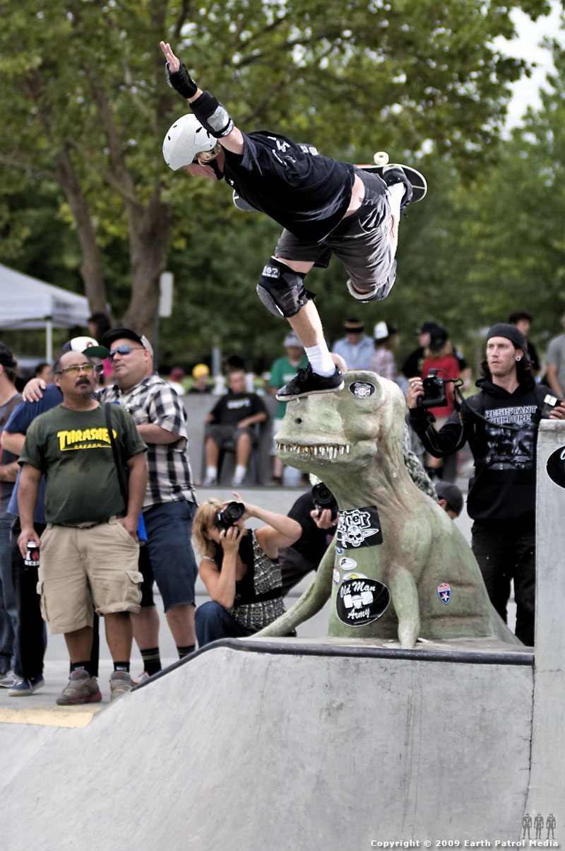 Buck Smith - Backside Boneless on T-Rex @ Tigard